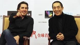 Christian Bale (G) et le metteur en scène Zhang Yimou (D) lors de la première du film «Les Fleurs de la Guerre», à Pékin le 11 décembre 2011.