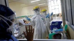 Du personnel soignant dans un hôpital de Jakarta, en Indonésie, le 15 mai 2020.
