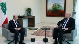 El presidente de Líbano, Michel Aoun (izq) se reúne con el dos veces primer ministro Najib Mikati en el palacio presidencial en Baabda, el 26 de julio de 2021