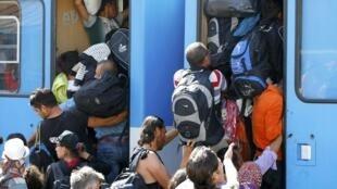 Мигранты на вокзале города Бели-Манастир, Хорватия, 17 сентября 2015.