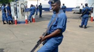 Un policier burundais après une série d'attaques à la grenade à Bujumbura, le 15 février 2016.