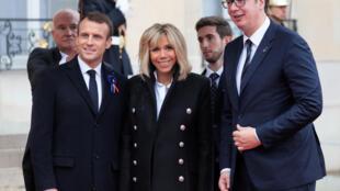 Le président français Emmanuel Macron et son épouse Brigitte accueillent le président serbe Aleksandar Vučić à l'Elysée avant la cérémonie commémorative du jour de l'Armistice, cent ans après la fin de la Première Guerre mondiale, le 11 novembre 2018.