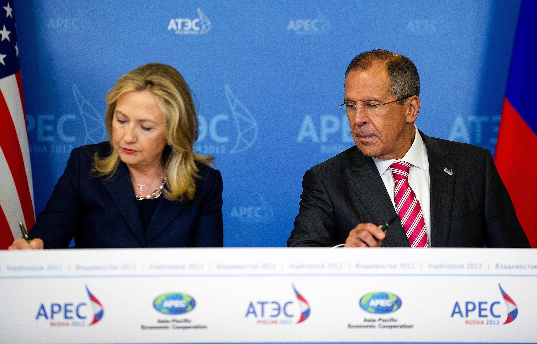 Ngoại trưởng Mỹ H.Clinton (T) và đồng nhiệm Nga S.Lavrov ký biên bản hợp tác tại Bắc Cực, nhân Thượng đỉnh APEC, Vladivostok, 08/09/2012