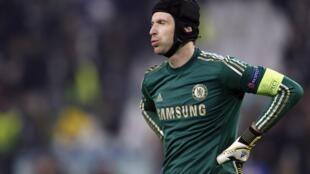 Mai tsaron gidan Chelsea Petr Cech yana nuna bacin rai bayan Juventus ta zira kwallaye Uku a ragar shi a gasar Zakarun Turai