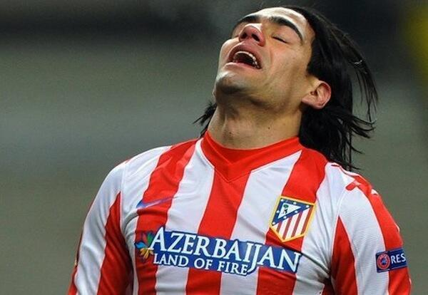 Mshambuliaji wa Atletico Madrid Radamel Falcao akihuzunika baada ya timu yake kuondolewa kwenye Europa
