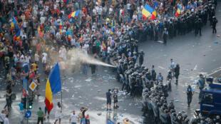 Cảnh sát xịt hơi cay vào người biểu tình tại Bucarest, Rumani hôm 10/08/2018.