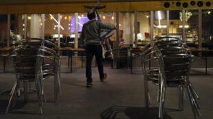 Após impor o fechamento de bares nas cidades que fazem parte da zona de alerta máximo à Covid-19, o governo francês não descarta a determinação de um toque de recolher noturno.