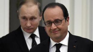 François Hollande (d) et Vladimir Poutine (g), lors d'une conférence de presse à Moscou, le 26 novembre 2015.