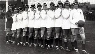 As jogadoras do Dick, Kerr Ladies, time pioneiro de futebol da Inglaterra, em 1921.