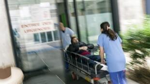 L'hôpital public est en crise.