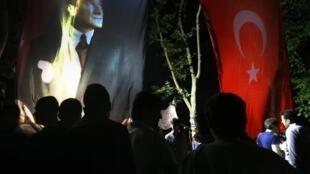 Manifestantes permanecem mobilizados na praça Taksim em Istambul neste sábado, 15 de junho de 2013.