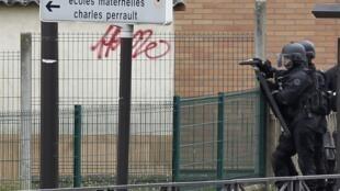 Intervenção da tropa de elite da polícia francesa em Vitry-sur-Seine, periferia de Paris, onde um homem matém um refém numa escola maternal nesta terça-feira.