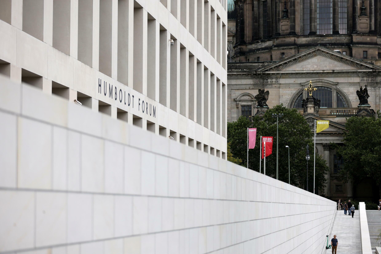 A Berlin, le Forum Humboldt vient d'ouvrir ses portes aux visiteurs. Le bâtiment est une reconstitution du château des rois de Prusse, avec trois façades fidèles à l'original baroque et une dernière moderne.