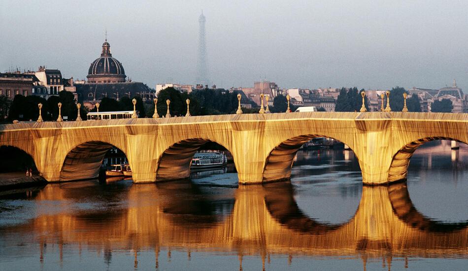 被克里斯托和让-克劳德包裹起来的巴黎新桥