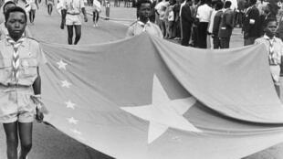 Bendera mpya ya Jamhuri ya Congo, Julai 1, 1960, siku ambayo Congo (DRC) ilipata rasmi uhuru kutoka Ubelgiji.