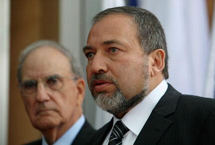 Shugaban diplomasiyar kasar Israila Avigdor Lieberman, tare da manzon Amurika a gabas ta tsakiya George Mitchell