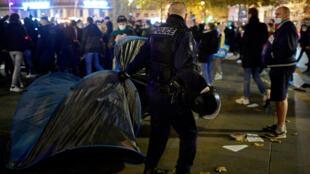 مداخله پلس فرانسه برای تخلیه پناهجویان در میدان رپوبلیک پاریس