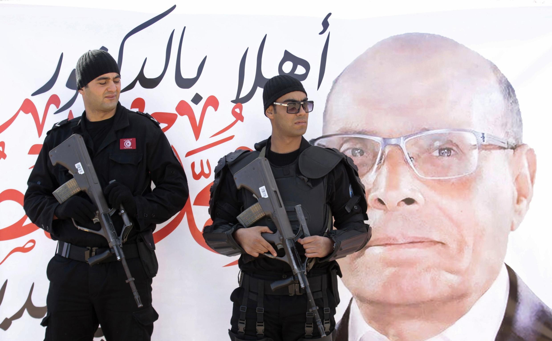 Agents de sécurité durant un meeting de campagne du président sortant Moncef Marzouki, à Sidi Bouzid, le 17 décembre 2014 en Tunisie.