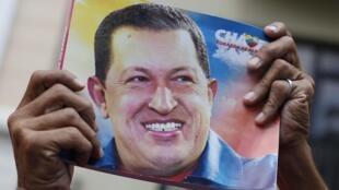 委內瑞拉民眾在國會前手持查韋斯的照片,2013年1月5號