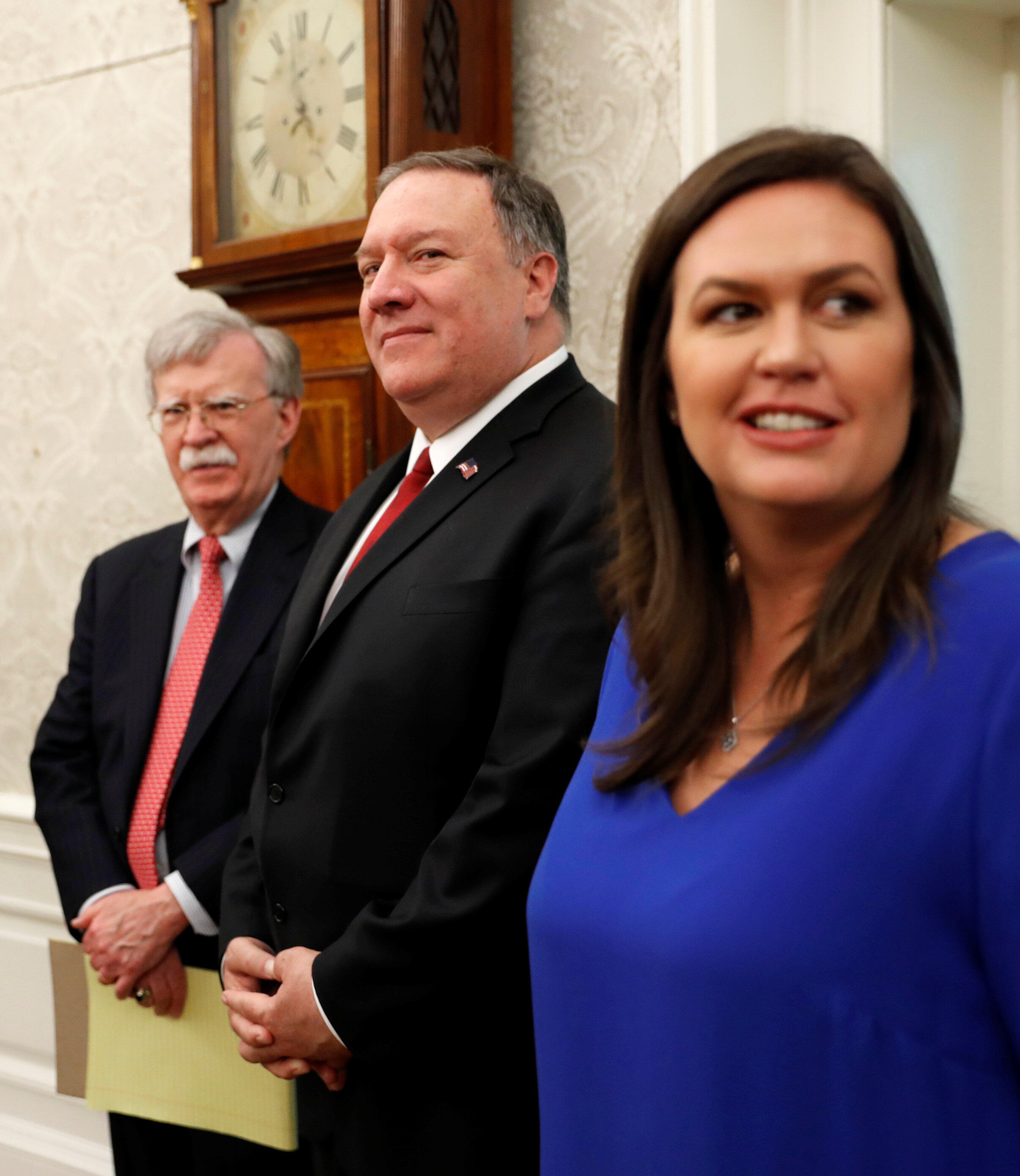 Cố vấn an ninh quốc gia Hoa Kỳ John Bolton (T), ngoại trưởng Mike Pompeo (G) và phát ngôn viên Nhà Trắng Sarah Sanders, tại Nhà Trắng, Washington, ngày 26/04/2019