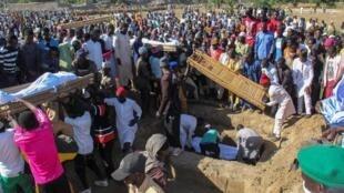 Funerales de 43 agricultores asesinados por Boko Haram  el 29 de noviembre de 2020 en Zabarmari, cerca de Maiduguri, en Nigeria