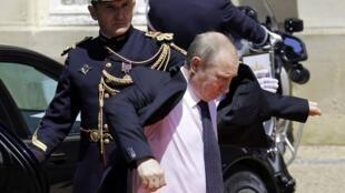 Владимир Путин приехал на официальный обед в замок Бенувиль (Нормандия). 06.06.2014