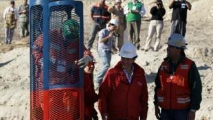 Một công nhân đang thử chiếc cabin sẽ được dùng để cứu các thợ mỏ bị kẹt sâu dưới lòng đất.