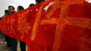 烏坎村民手持橫幅歡迎廣東省工作組進村 2011 12 21