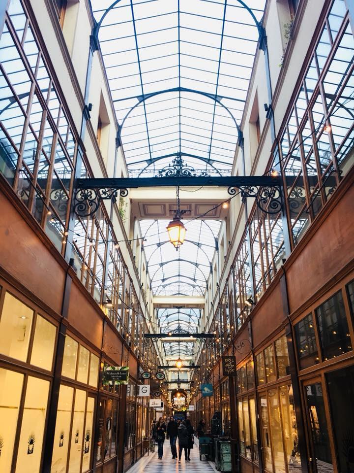 Mái che kính khiến hẻm Le Grand-Cerf lúc nào cũng chan hòa ánh sáng.