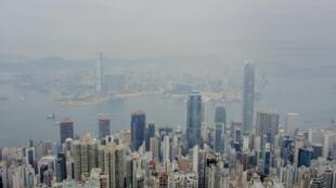 港股受國安法影響,狂瀉逾1300點,專家估計樓價將下跌四成。