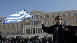 Manifestantes ante el Parlamento griego, en Atenas, este 19 de febrero de 2012.
