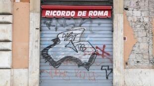 Des organisations criminelles profitent de la crise sanitaire pour aider les entreprises en difficultés et les plus démunis afin de s'en attirer les bonnes grâces. Ici, un magasin de souvenirs fermé à Rome, le 28 mars 2020, à cause du Covid-19.