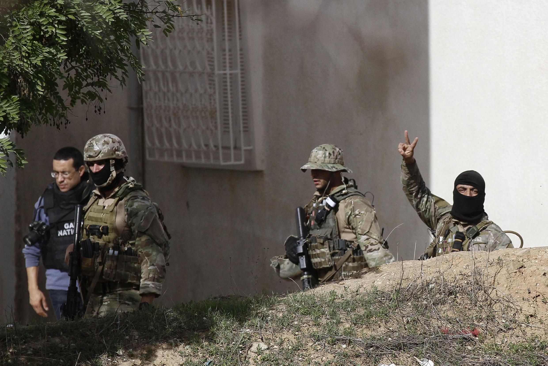 Le «V» de la victoire des forces de l'ordre tunisiennes après l'assaut lancé contre une maison où étaient retranchés des personnes identifiées comme «terroristes», à Tunis, le 24 octobre 2014.