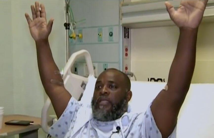 20 jullet 2016. Copie d'écran d'une vidéo montrant Charles Kinsey dans sa chambre d'hôpital, mimant la scène lorsque la police lui a tiré dessus.