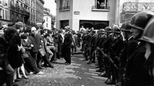Des policiers prêts à l'affrontement, lors d'une manifestation étudiante à Paris, le 14 mai 1968.