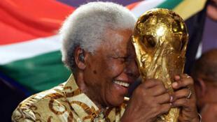 Tsohon Shugaban Afrika Ta Kusu Nelson Mandela Da Kofin Kwallo Na Dunita