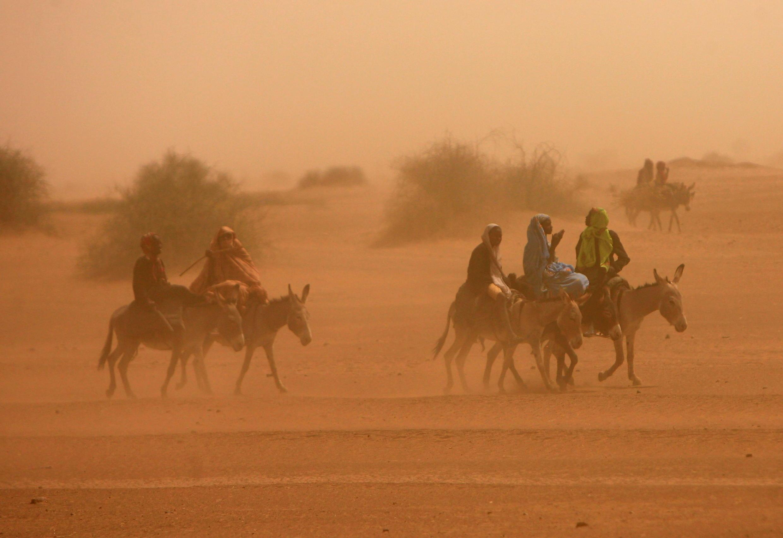 Wakimlbizi wa ndani waliokimbilia katika kambi ya ZamZam IDP huko Al Fasher, kaskazini mwa Darfur Aprili 13, 2010.