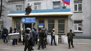 Watu wenye silaha mbele ya makao makuu ya polisi,  mjini Slaviansk, aprili 12 mwaka 2014.