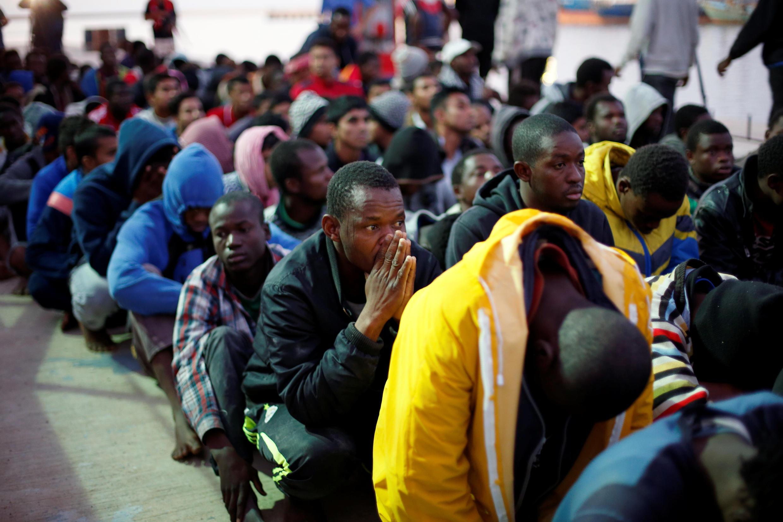 Des migrants sur une base navale à Tripoli, après avoir été secourus en mer par la marine libyenne, le 4 novembre 2017.
