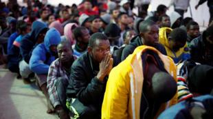 Migrantes numa base naval em Tripoli, depois de terem sido resgatados do mar a 4 de Novembro de 2017.