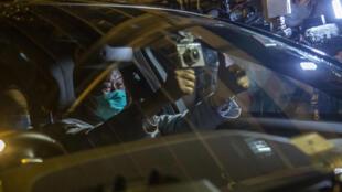 Jimmy Lai saluda levantando los pulgares tras ser liberado bajo fianza en una comisaría de Hong Kong, en la madrugada del 12 de agosto de 2020