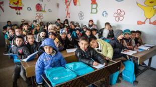 Estudiantes de primer grado en la escuela Kufa, la primera en abrir sus puertas luego de la reconquista de la zona este de Mosul por el ejército iraquí, el 29 de enero de 2017.