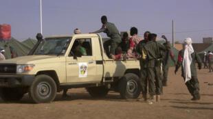 Des soldats se rassemblent près d'un pick-up après l'attaque kamikaze qui a ensanglanté un camp de Gao, au Mali, le 18 janvier 2017.