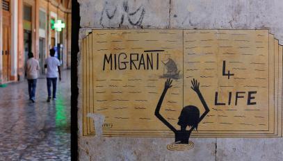 Sur cette image visible sur un mur à Rome, on peut lire «Migrants pour la vie».