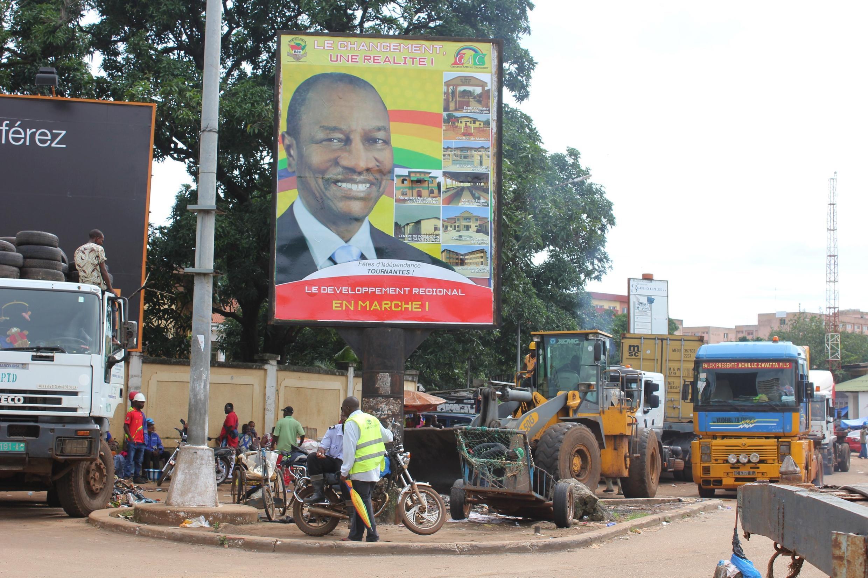 Une affiche de campagne pour le président sortant Alpha Condé à Conakry où la présidentielle se tiendra dimanche 11 octobre 2015.
