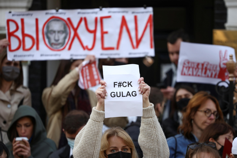 2021-04-21T175623Z_1783411364_RC2H0N915N04_RTRMADP_3_RUSSIA-POLITICS-NAVALNY-PROTESTS