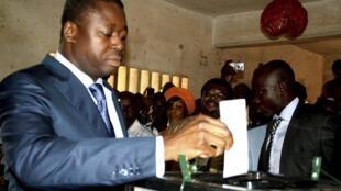 Togo's president Faure Gnassingbé (L) casting his ballot