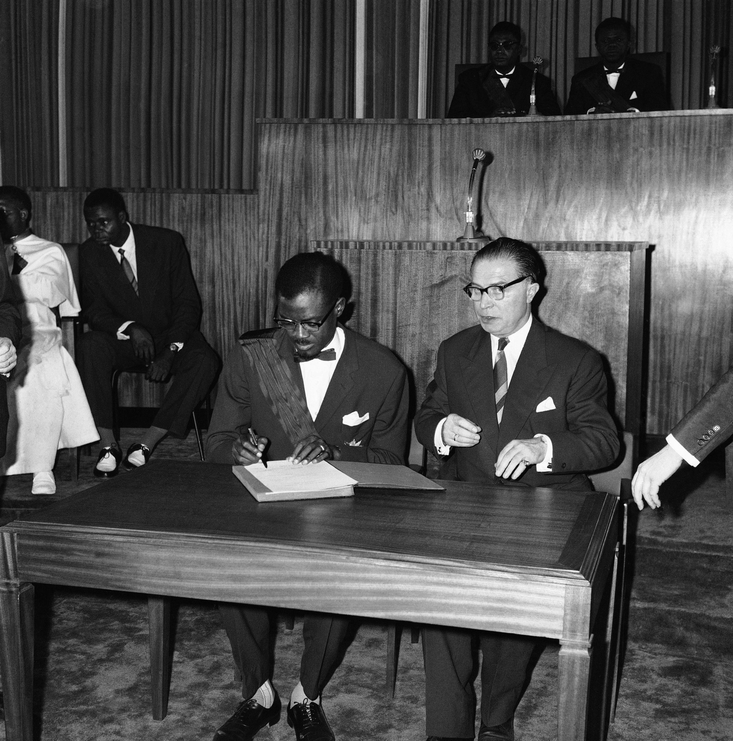 Le Premier ministre congolais Patrice Lumumba et son homologue belge Gaston Eyskens, le 30 juin 1960.