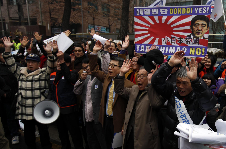 韓國活動人士聚集在首爾日本駐韓國大使館門前,抗議日本地方政府在兩國有主權爭議島嶼問題上的立場   2013年2月22日