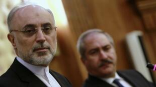 Em primeiro plano, Ali Akbar Salehi, ministro iraniano das Relações Exteriores